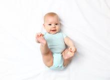 Lyckligt nyfött behandla som ett barn på säng royaltyfri foto