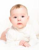 Lyckligt nyfött behandla som ett barn på vit bakgrund arkivfoto