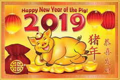 Lyckligt nytt år av jordsvinet 2019 - tappninghälsningkort med gul bakgrund, med text i kinesiskt och engelskt royaltyfri illustrationer