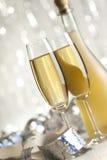 Lyckligt nytt år - exponeringsglas av champagne och flaskan arkivbild