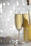 Lyckligt nytt år - exponeringsglas och flaska av champagne royaltyfri bild