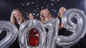 lyckligt nytt år för begrepp Gruppen av unga kvinnor har gyckel och rymmer större nummer 2019 stock video