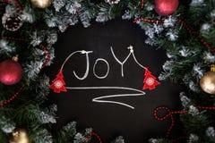 Lyckligt nytt år för inskrift på svart bräde Svart bräde med lyckligt nytt år för handinskrift med krita arkivfoto