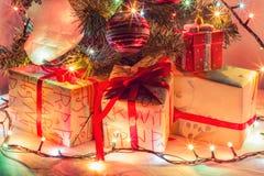 Lyckligt nytt år 2017, gåvor på den vita bakgrunden Royaltyfri Fotografi