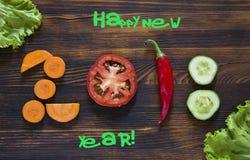 Lyckligt nytt år 2018 gjorde av grönsaker på träbakgrund Fotografering för Bildbyråer