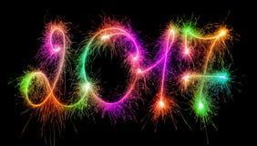 Lyckligt nytt år - 2017 gjorde vid tomtebloss på svart Arkivfoton