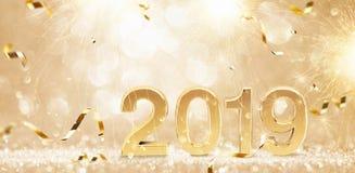 Lyckligt nytt år 2019 Guld- bakgrund med konfettier royaltyfri foto