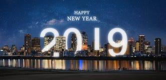 Lyckligt nytt år 2019 i staden Panorama- stad på natten med stjärnklar himmel och beröm 2019 för lyckligt nytt år fotografering för bildbyråer