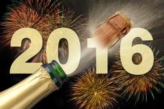 Lyckligt nytt år 2016 med att poppa champagne Fotografering för Bildbyråer