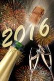 Lyckligt nytt år 2016 med att poppa champagne Royaltyfri Foto