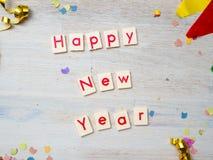 Lyckligt nytt år med partigarnering på träbakgrund arkivfoto
