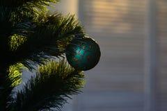 lyckligt nytt år Morgonen för Xmas för julsammansättning för bauble blått exponeringsglas julen dekorerade treen Gåvor och beröm  arkivbild