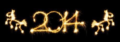 Lyckligt nytt år - 2014 och hästen gjorde ett tomtebloss på svart Royaltyfria Foton