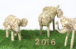 Lyckligt nytt år 2016 på begrepp för grönt gräs Arkivbild