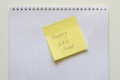 Lyckligt nytt år på gul klistermärke Arkivfoto