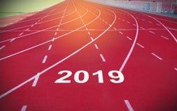 Lyckligt nytt år 2019 på sportloppspår royaltyfria foton