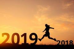 Lyckligt nytt år som hoppar från 2018 till 2019 royaltyfri foto