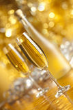 Lyckligt nytt år - två exponeringsglas och flaska av champagne royaltyfri foto