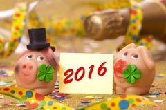 Lyckligt nytt år 2016 med svinet som lycklig berlock Arkivbilder