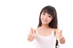 lyckligt och att le den asiatiska kvinnan som ger upp två tummar Arkivbild