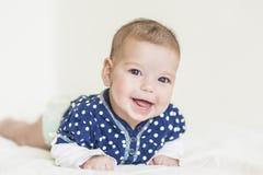 Lyckligt och le den Caucasian nyfödda lilla flickan Arkivbilder