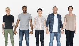 Lyckligt olikt folk som tillsammans rymmer händer arkivfoto