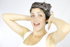 Lyckligt om tvätt av mitt hår arkivfoto