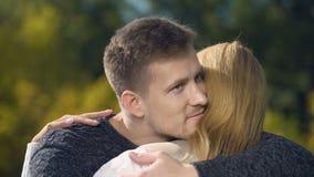 Lyckligt omfamna för par och att stötta sig som tillsammans tycker om tid, omsorg lager videofilmer