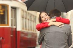 Lyckligt parmöte i gatan royaltyfria foton