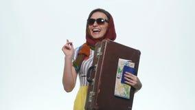 Lyckligt pass och översikt för kvinnavisningresväska för ferie Vit bakgrund Arkivfoton
