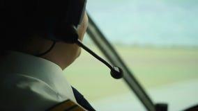Lyckligt pilot- samtal till kontrollanten som navigerar trafikflygplanet, medan rörande på landningsbana stock video