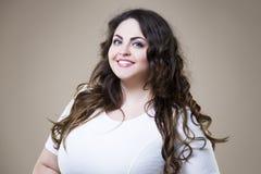 Lyckligt plus formatmodemodellen i tillfällig kläder, fet kvinna på beige bakgrund, överviktig kvinnlig kropp royaltyfria bilder