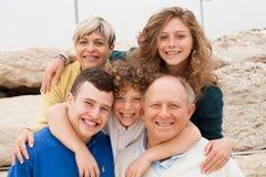 lyckligt posera för familj tillsammans Royaltyfri Foto