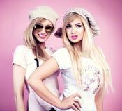 Lyckligt posera för flickvänner Royaltyfria Foton
