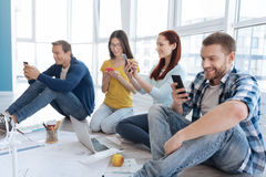 Lyckligt positivt folk som pratar i socialt massmedia Arkivbilder