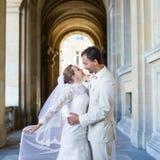 Lyckligt precis gift par i Paris Royaltyfri Bild