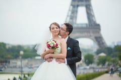 Lyckligt precis gift par i Paris Arkivfoton