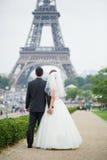 Lyckligt precis gift par i Paris Arkivfoto