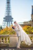 Lyckligt precis gift par i Paris Arkivbilder