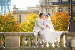 Lyckligt precis gift par i Paris Royaltyfria Bilder