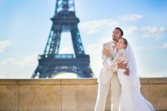 Lyckligt precis gift par i Paris Fotografering för Bildbyråer