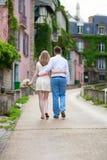 Lyckligt precis gift par på Montmarte Royaltyfri Foto