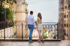 Lyckligt precis gift par på Montmarte royaltyfri fotografi