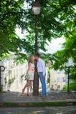 Lyckligt precis gift par på Montmarte arkivfoto