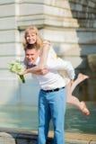 Lyckligt precis gift par på Montmarte Arkivbild