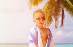 Lyckligt pysskratt som slås in i strandhandduk Arkivfoto