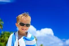 Lyckligt pysskratt som slås in i strandhandduk Fotografering för Bildbyråer