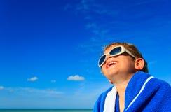 Lyckligt pysskratt som slås in i strandhandduk Royaltyfri Foto