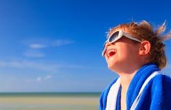 Lyckligt pysskratt som slås in i strandhandduk Royaltyfri Fotografi