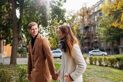 Lyckligt romantiskt datum för unga vuxna människor tillsammans royaltyfri bild